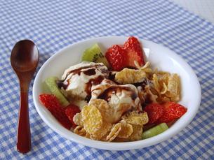 アイスクリームとフルーツの写真素材 [FYI00442145]
