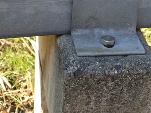 ボルト留めされた縁石の写真素材 [FYI00442218]