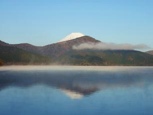 富士山と芦ノ湖に映る逆さ富士の写真素材 [FYI00442225]