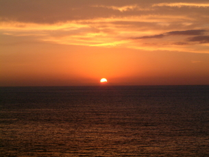 水平線から昇る太陽の写真素材 [FYI00442277]