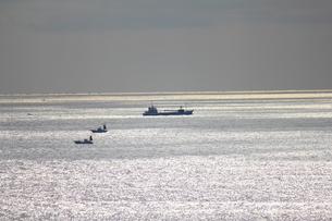 城ヶ島沖を進む船の写真素材 [FYI00442392]