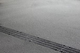 夜中にうっすら積もった雪の写真素材 [FYI00442401]