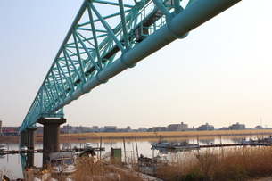 江戸川を渡る水道のパイプの写真素材 [FYI00442491]
