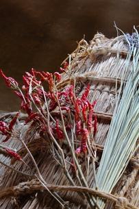 米俵と赤唐辛子の写真素材 [FYI00442557]