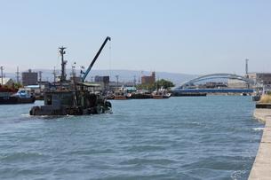 青森・提川と小型船舶の写真素材 [FYI00442728]