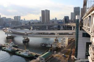 芝浦のループ橋とゆりかもめの写真素材 [FYI00443030]
