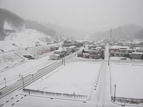 岩手県普代村の雪景色(普代村役場から普代駅方向)の素材 [FYI00443034]