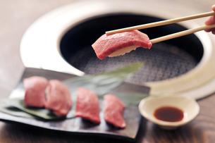 牛ロース寿司と箸1の素材 [FYI00443211]
