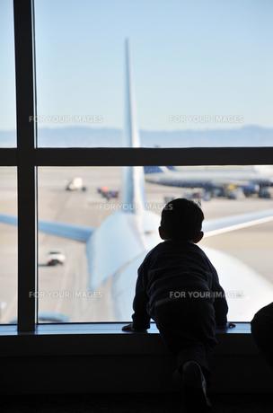 シルエットの少年と空港の写真素材 [FYI00443228]