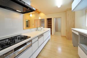 モダンなキッチン横位置2?1の素材 [FYI00443522]
