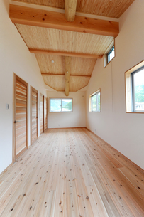 ウッディな新築子供部屋縦位置の写真素材 [FYI00443544]