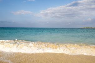 砂浜と青い海と白い雲横位置-1の素材 [FYI00443548]