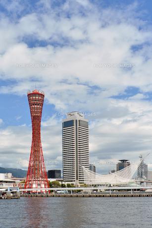 神戸ハーバーランドからポートタワー昼縦位置の写真素材 [FYI00443560]