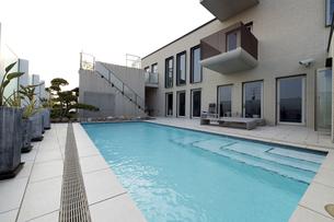 プールのある豪邸-5の写真素材 [FYI00443625]