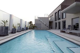 プールのある豪邸-6の写真素材 [FYI00443626]