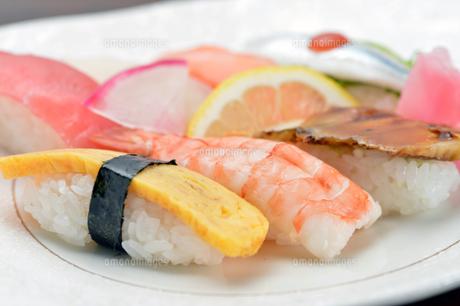 握り寿司盛り合わせクローズアップ-1の写真素材 [FYI00443636]