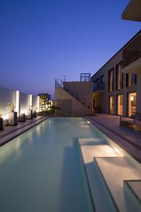 プールのある豪邸の夕景-2の写真素材 [FYI00443640]