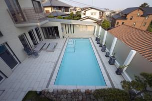 プールのある豪邸-4の写真素材 [FYI00443641]