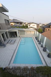 プールのある豪邸-3の写真素材 [FYI00443642]