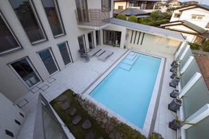プールのある豪邸-2の写真素材 [FYI00443647]