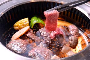 焼肉と炎の肉を焼くシーン-5の写真素材 [FYI00443654]
