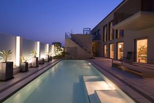プールのある豪邸の夕景-1の写真素材 [FYI00443655]