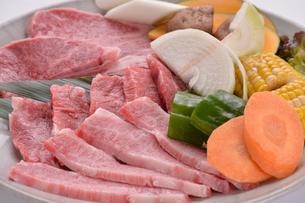 霜降り肉と焼き野菜の盛り合わせ-1の写真素材 [FYI00443657]