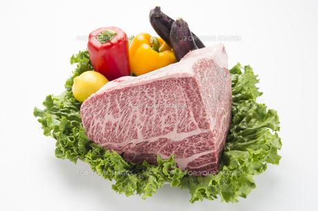 高級牛肉ブロックとカラフルな野菜-2の素材 [FYI00443659]