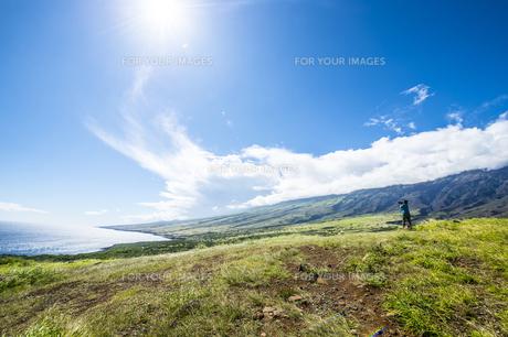 マウイ島ハレアカラ国立公園の東海岸と女性カメラマン-1の写真素材 [FYI00443726]