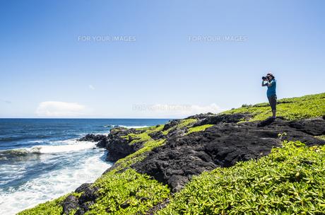 マウイ島クーロアポイントと女性カメラマン-2の写真素材 [FYI00443727]