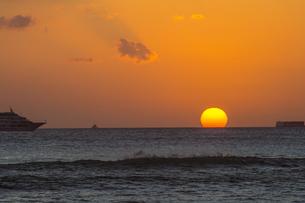 ワイキキビーチのサンセット-1の写真素材 [FYI00443730]