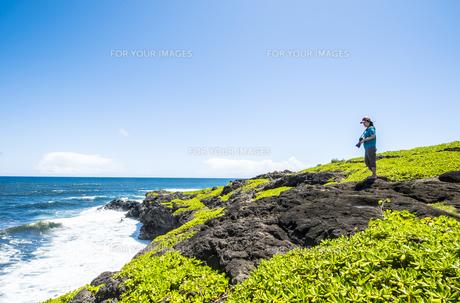 マウイ島クーロアポイントと女性カメラマン-1の素材 [FYI00443736]