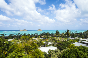 オアフ島の高台から望むラニカイビーチとモクルア島-1の写真素材 [FYI00443756]