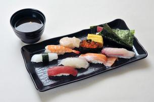 寿司盛り合わせと味噌汁-2の写真素材 [FYI00443783]