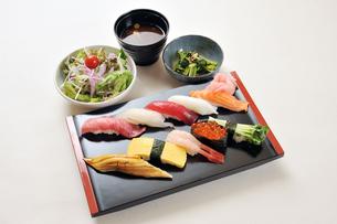 寿司盛り合わせと味噌汁とサラダセット-2の写真素材 [FYI00443796]