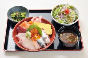 海鮮丼とサラダと味噌汁のセット-1の写真素材 [FYI00443797]