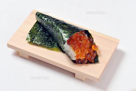 イクラの巻き寿司-1の写真素材 [FYI00443798]