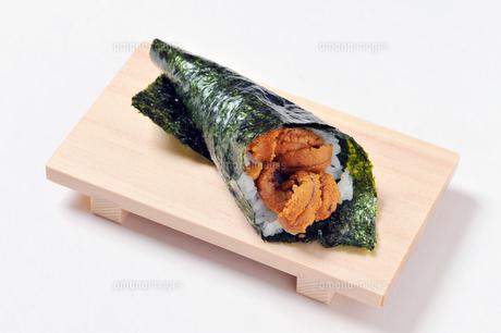 ウニの巻き寿司-1の写真素材 [FYI00443804]