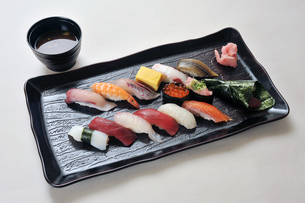 寿司盛り合わせと味噌汁-1の写真素材 [FYI00443805]