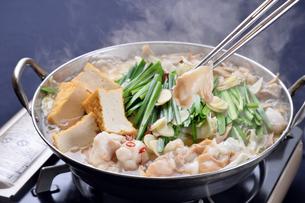 モツ鍋と湯気とお箸-1の写真素材 [FYI00443929]