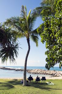 木陰でくつろぐカップル、コオリナリゾート、オアフ島、ハワイ-1の写真素材 [FYI00443981]