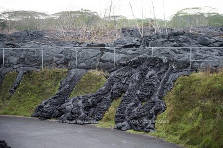 ハワイ島ボルケーノの溶岩流の被害-9の写真素材 [FYI00444021]