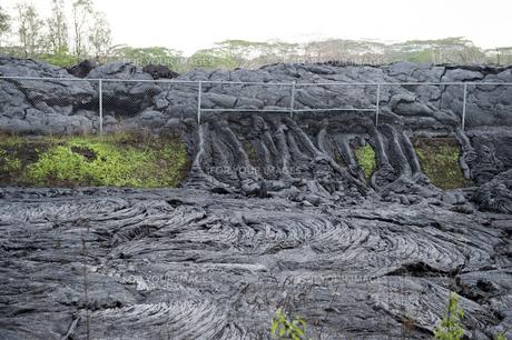 ハワイ島ボルケーノの溶岩流の被害-11の写真素材 [FYI00444023]