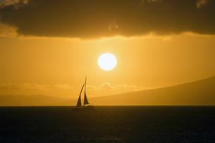 マウイ島、カハナから見るサンセットとヨット、ハワイ-2の写真素材 [FYI00444219]