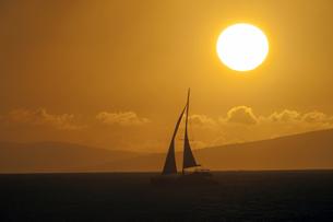 マウイ島、カハナから見るサンセットとヨット、ハワイ-1の写真素材 [FYI00444232]