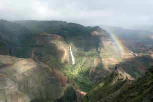 ワイメアキャニオンに掛かる虹、カウアイ島、ハワイ-3の素材 [FYI00444299]