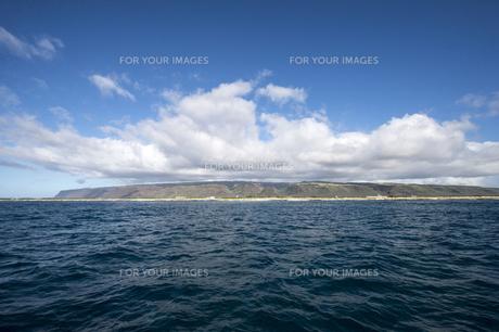 カウアイ島を海から望むの写真素材 [FYI00444318]