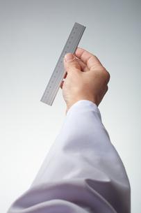 hands(ruler)_18の写真素材 [FYI00446327]