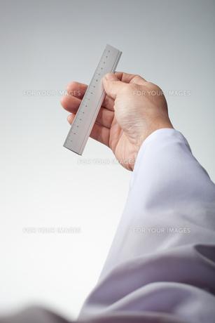 hands(ruler)_22の写真素材 [FYI00446330]