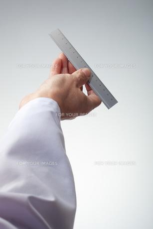 hands(ruler)_16の写真素材 [FYI00446333]